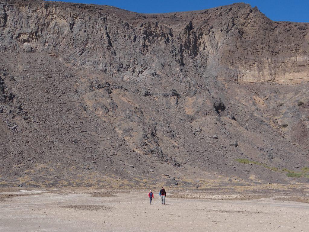 Aangekomen op de bodem van de Al-Wahbah krater