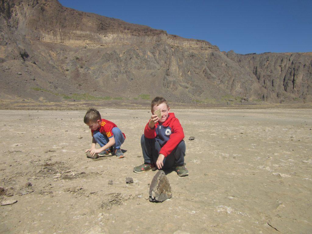 Interessante stenen op de bodem van de Wahbah krater