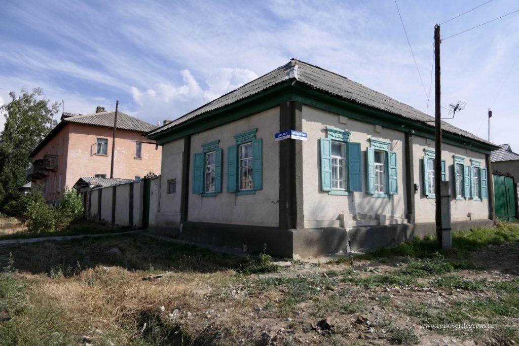 Kleine Russische huisjes in Karakol