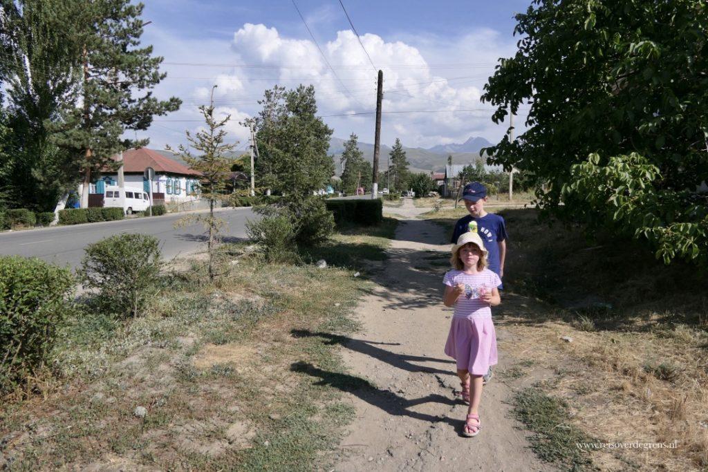 Met kinderen in Karakol