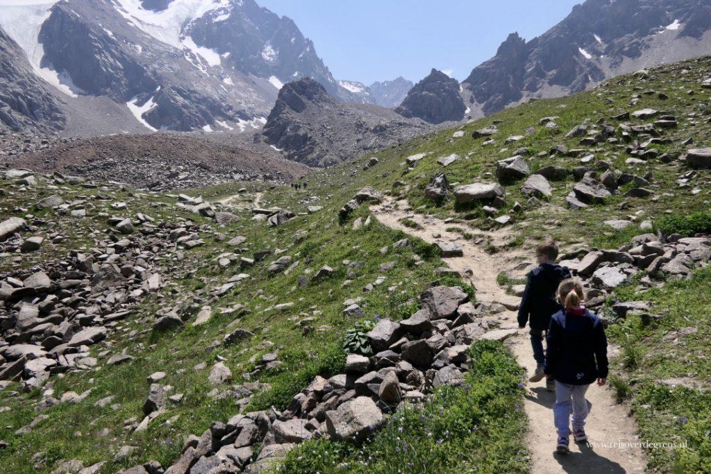 Met kinderen wandelen bij Shymbulak