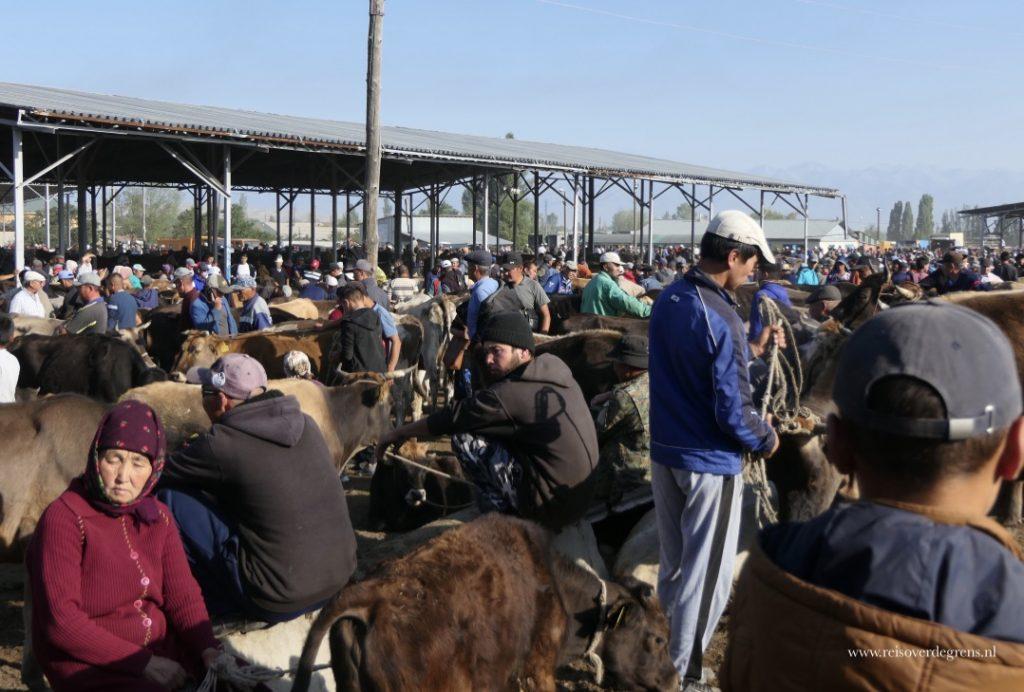 Drukte op de veemarkt van Karakol
