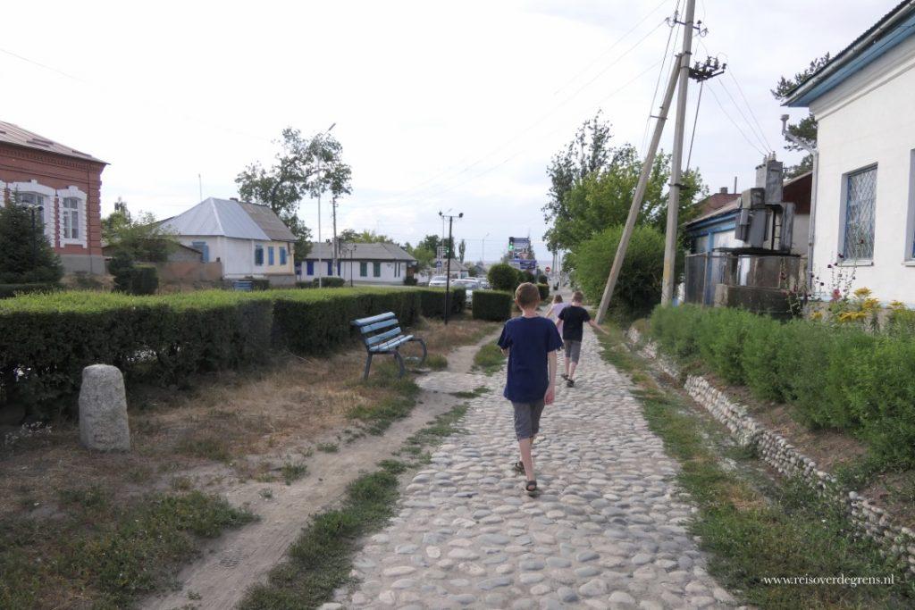 Oud straatje voor het Historische Museum in Karakol